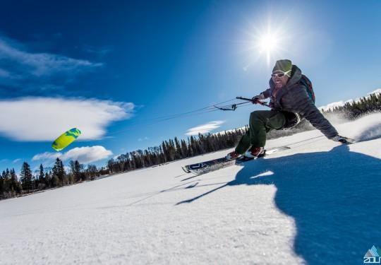 Josep Bergman geniet tijdens dagje snowkiten in Zweden - Zout Fotografie Rein Rijke