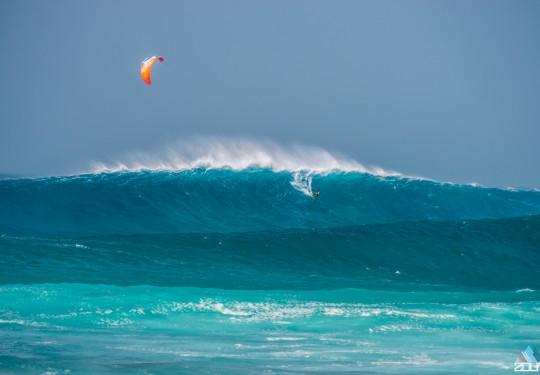 Mitu surfing the biggest wave of the day, Ponte Preta Kaap Verdie - Rein Rijke Zout Fotografie