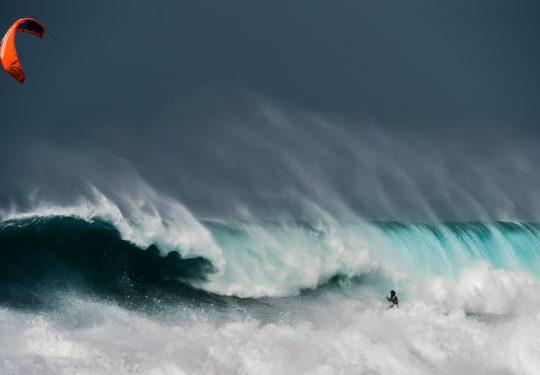 Mitu big wave surfing