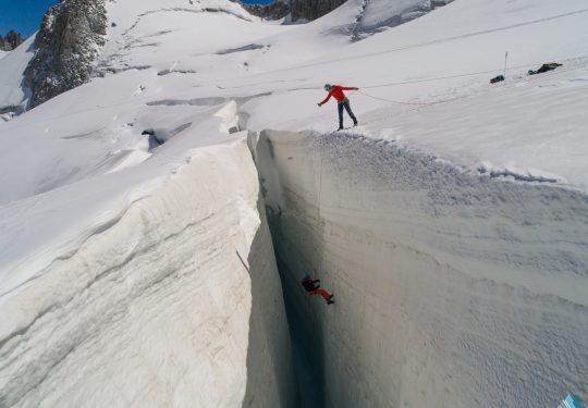 Reddingstechnieken oefenen in gletsjerspleet. Zout Fotografie Rein Rijke